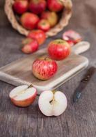 Herbstfrüchte: rote Äpfel auf einem dunklen Holztisch