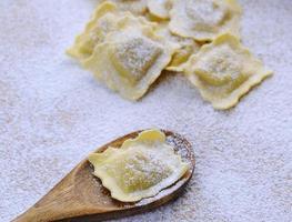 frische Ravioli zubereiten. foto