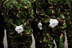 Soldaten in Tarnuniform mit Händen hinter dem Rücken