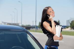 fröhliche junge Frau kommuniziert am Telefon foto