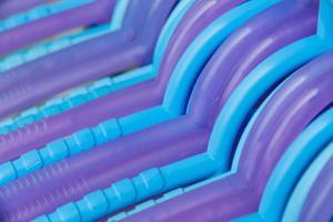 blaue und lila Kleiderbügel Kleidung oder Hintergrund foto