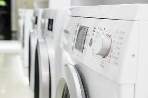 Waschen von Maschinen im Geräteladen foto