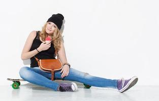 junges schönes fröhliches Mode-Mädchen in Jeans, Turnschuhen