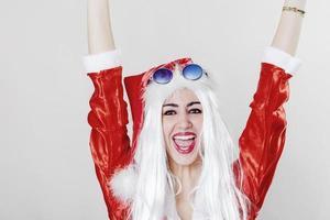 fröhlicher Weihnachtsmann, der Hände hochlegt und lächelt foto