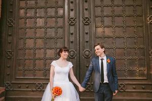 Hochzeitspaar Händchen haltend foto
