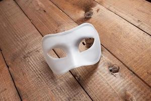 weiße venezianische Maske auf dem Tisch foto
