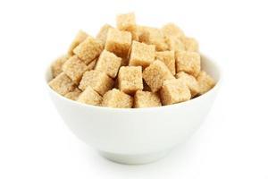 brauner Zucker in der Schüssel lokalisiert auf Weiß