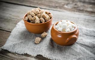 Schalen mit weißem und braunem Zucker foto