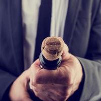 Weinflasche mit Jubeltexten auf Flaschenverschluss öffnen foto