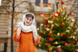 fröhliche junge frau in paris an einem wintertag foto