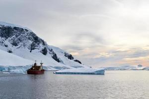 Eisbergen ausweichen foto