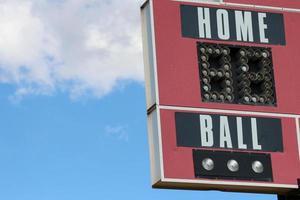 """rote Baseball-Anzeigetafel mit der Aufschrift """"Heimball"""" foto"""