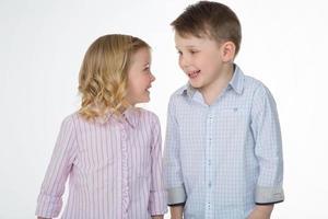 Nahaufnahme der fröhlichen Kinder auf weißem Hintergrund foto