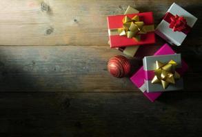 Weihnachtsgeschenke auf Holz mit Raum