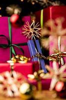 blaues Geschenk inmitten von Strohsternen