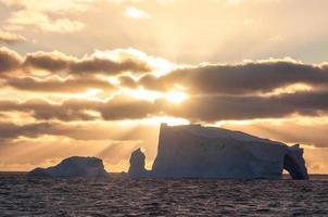 tafelförmiger Eisberg bei Sonnenuntergang, Rossmeer, Antarktis foto