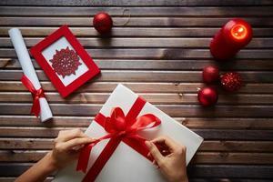 Weihnachtsgeschenk vorbereiten foto
