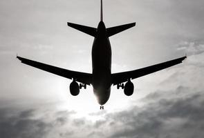 Flugzeug von hinten beleuchtet foto