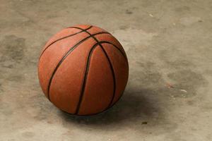 Basketball auf Zementboden