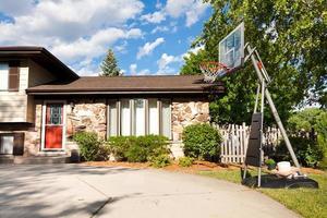 Haus außen mit Basketballkorb foto
