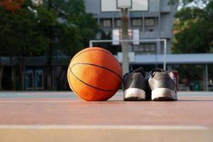 Schuhe und Basketball foto