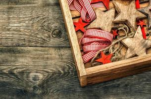 Weihnachtsdekorationen Holzsterne und rote Bänder foto
