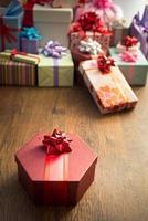 besonderes Geschenk mit rotem Band foto