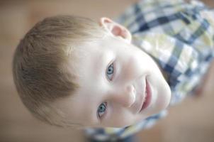 glückliches fröhliches Kind foto