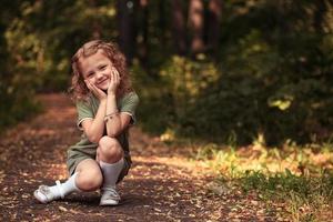 fröhliches kleines Mädchen foto