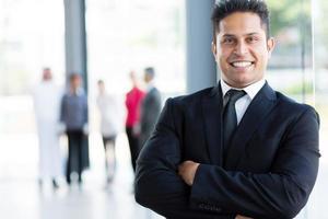 fröhlicher indischer Geschäftsmann foto