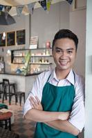fröhlicher Cafébesitzer foto