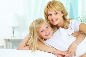 fröhliche Mutter und Tochter
