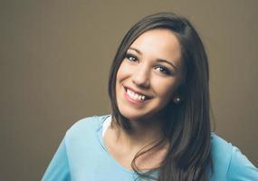 fröhlich lächelnde junge Frau