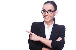 Geschäftsfrau zeigt Kopierraum. foto