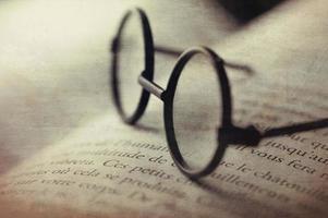 digitale Kunst, Brille auf offenem Buch (französische Wörter) Grunge