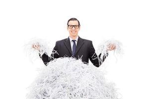 fröhlicher Geschäftsmann, der Papierschnitzel hält foto