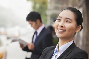 junge fröhliche Geschäftsfrau in Peking, China, Porträt foto