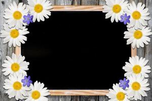 Tafel und Blumenhintergrund mit Kopierraum foto