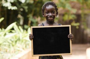afrikanisches Mädchen mit Tafel - Kopienraum foto