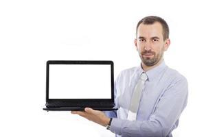 Geschäftsmann hält Laptop mit Kopienraum foto