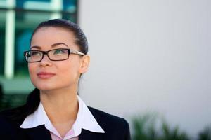 Geschäftsfrau, die mit Kopienraum nach oben schaut foto