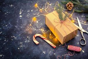 Weihnachtsgeschenk auf einem dunklen Hintergrund foto