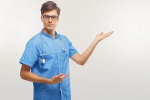 Arzt zeigt einen Kopierraum vor weißem Hintergrund. foto