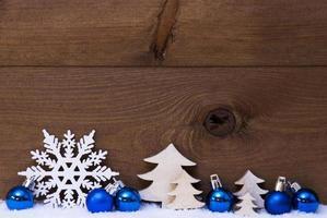 blaue Weihnachtskarte mit Dekoration, Schnee, Kopienraum foto
