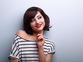 denkende glückliche junge Frau, die auf Kopienraum schaut
