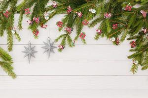Weihnachtsbaum mit Dekoration. Weihnachtshintergrund, Kopierraum.