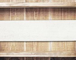 leere Regale an Holzwand mit Kopierraum foto
