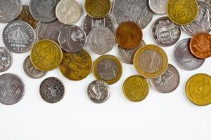 Münzen isoliert auf weißem Hintergrund mit Kopienraum foto