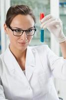 Chemiker beobachtet Reagenzglas