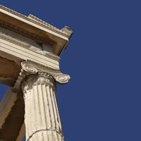 Ruinen isoliert auf blauem Himmel mit Kopierraum
